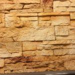 Steinfliesen verlegen auf Wand, Haussanierung